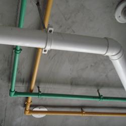 坚持水路顶面线卡固定管路,绝 不使用铁丝固定,防止后期生锈。